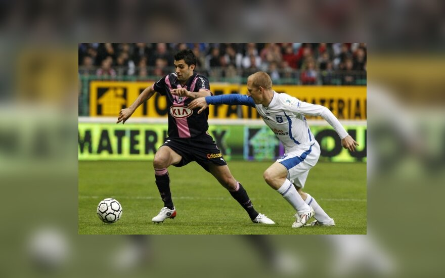 "Fernando Menegazzo (""Bordeaux"", kairėje) kovoja su  Stephanu Grichtingu (""Auxerre"")"