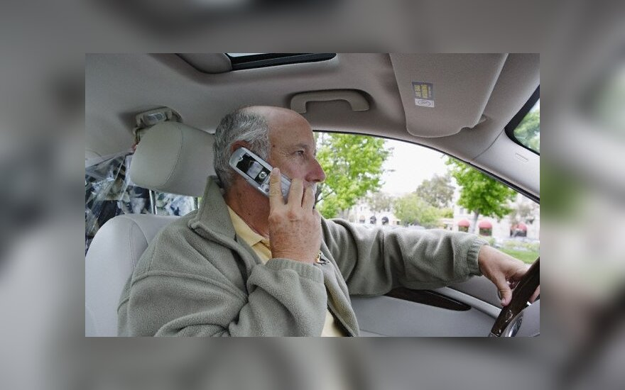 Vairuotojas kalba mobiliuoju telefonu
