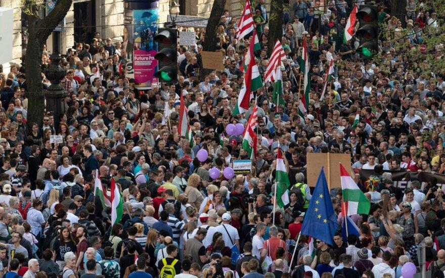 Dešimtys tūkstančių žmonių Budapešte dalyvavo demonstracijoje už demokratiją