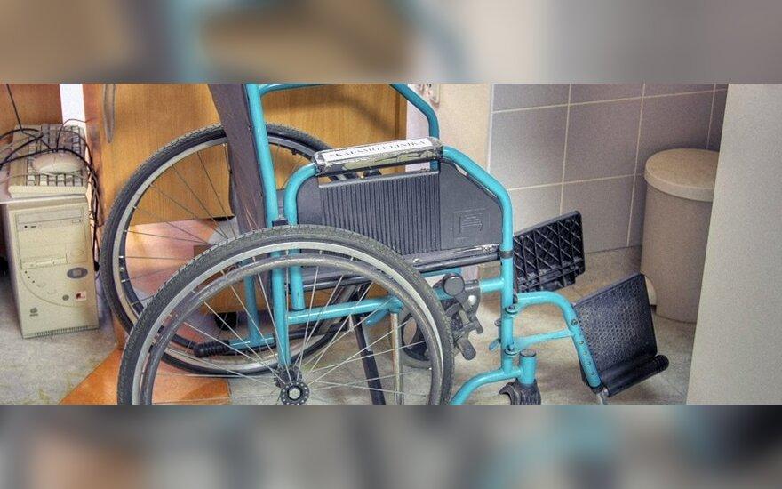 Neįgali moteris šaukiasi pagalbos: eglutei 150 tūkst. eurų randa, o neįgalus žmogus neįdomus