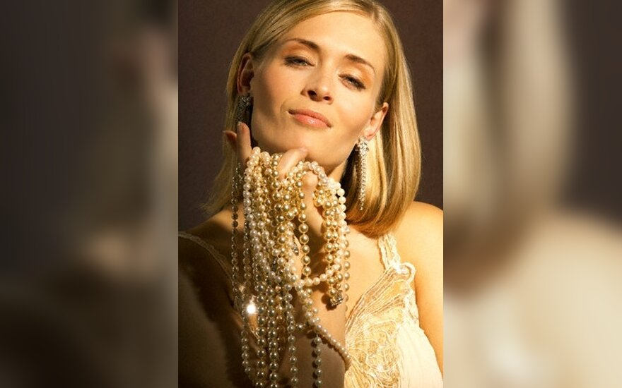 J.Onassis netikrų perlų vėrinys parduotas už 30 tūkst. svarų