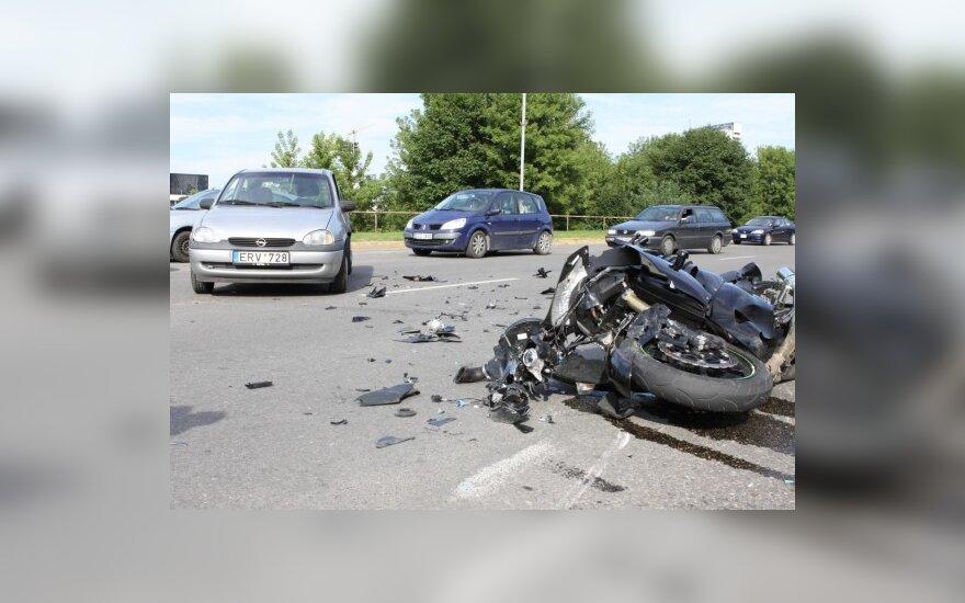 Sostinėje motociklas nubloškė automobilį
