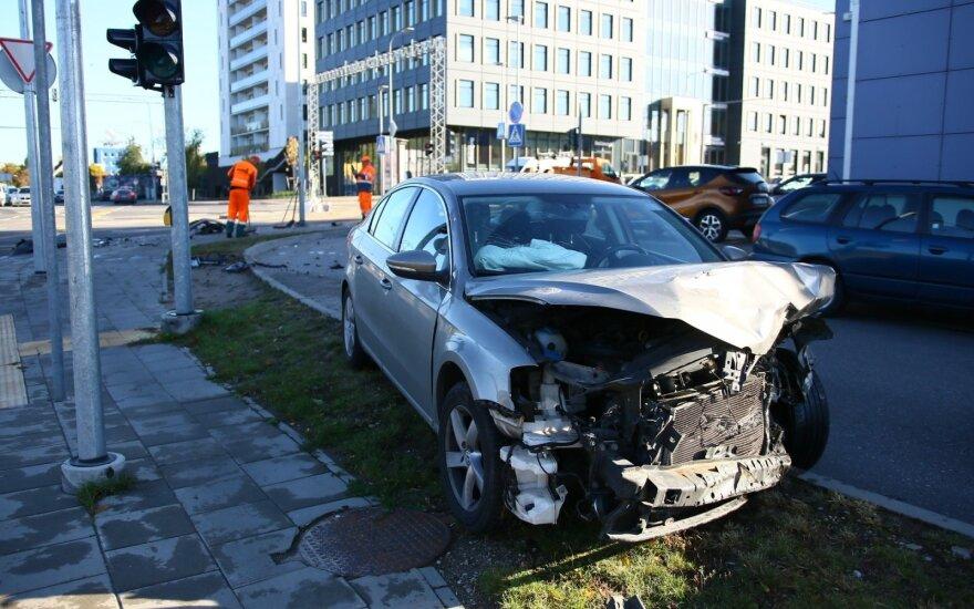 Per susidūrimą Vilniuje sankryža nusėta automobilių nuolaužomis, sužalotas žmogus