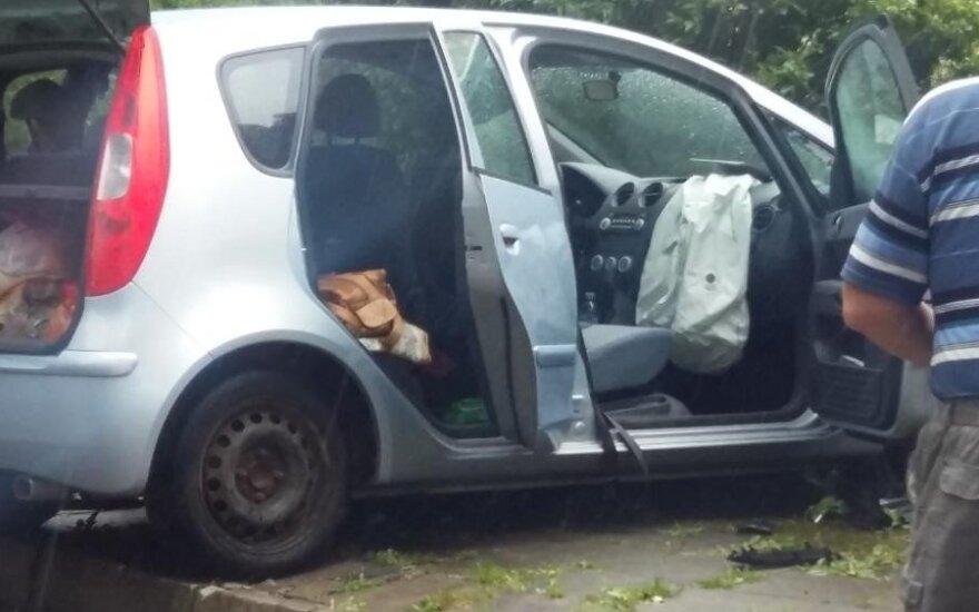 Dėl keliu žingsniavusios moters automobilis įlėkė į tvorą