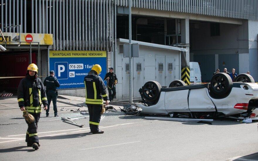 Iš prekybos centro aikštelės su automobiliu iškritusi moteris reikalauja 200 tūkst. eurų