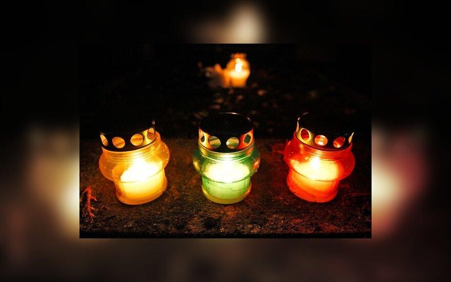 Žvakutės sostinės Antakalnio kapinėse