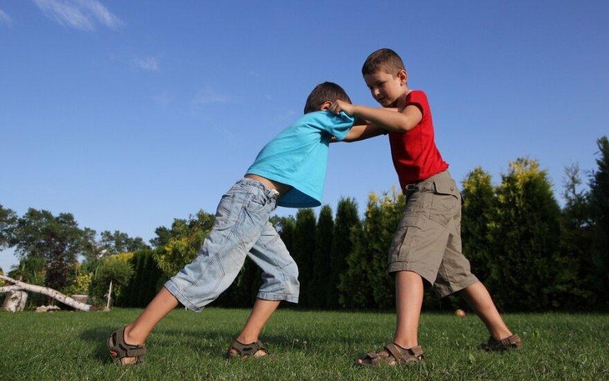 Agresyvus vaikas terorizuoja visą mokyklą, bet tarnybos nereaguoja