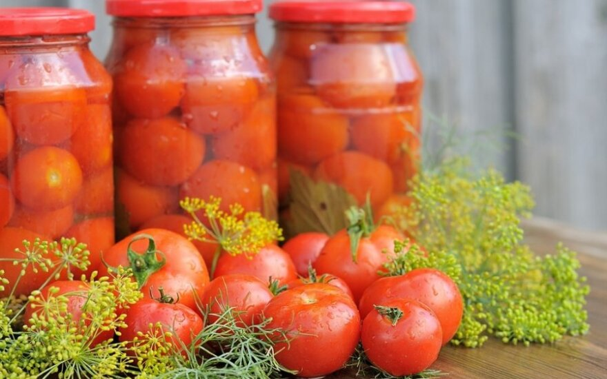 ŽIEMAI: saldžiarūgščiai konservuoti pomidorai
