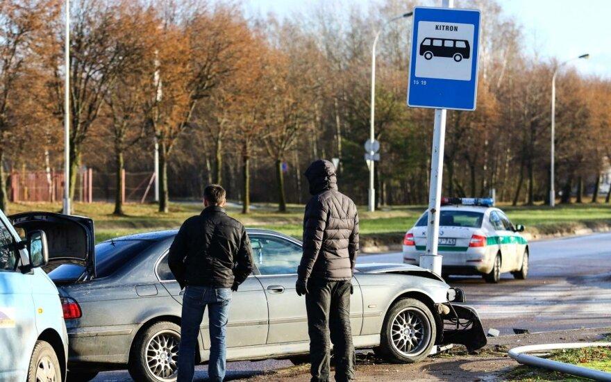 Kaune BMW įlėkė į stotelę (asociatyvi nuotr.)