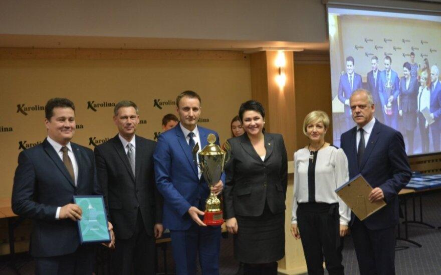 Įteikti apdovanojimai už didžiausią indėlį į šalies jaunimo sportą (LSFS nuotr.)