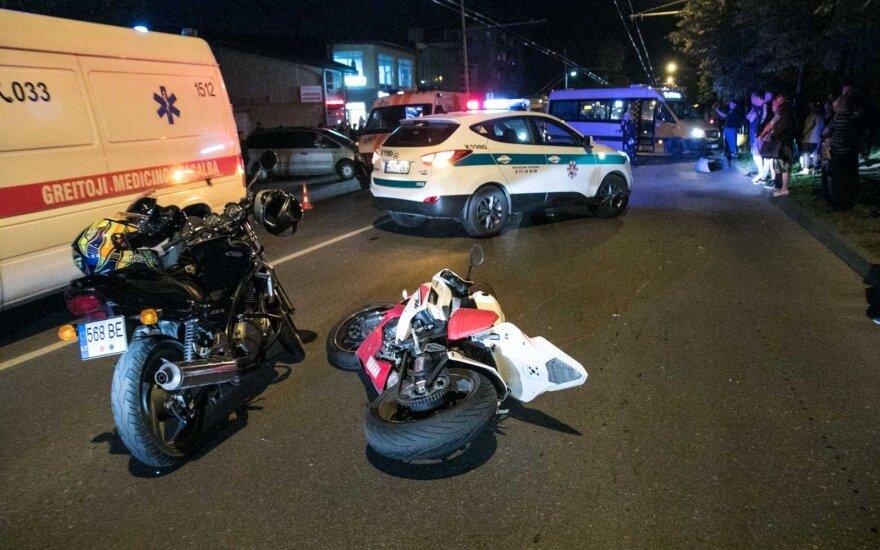 Automobilis Kaune rėžėsi į du motociklus: sužeistieji skubiai išvežti į ligoninę