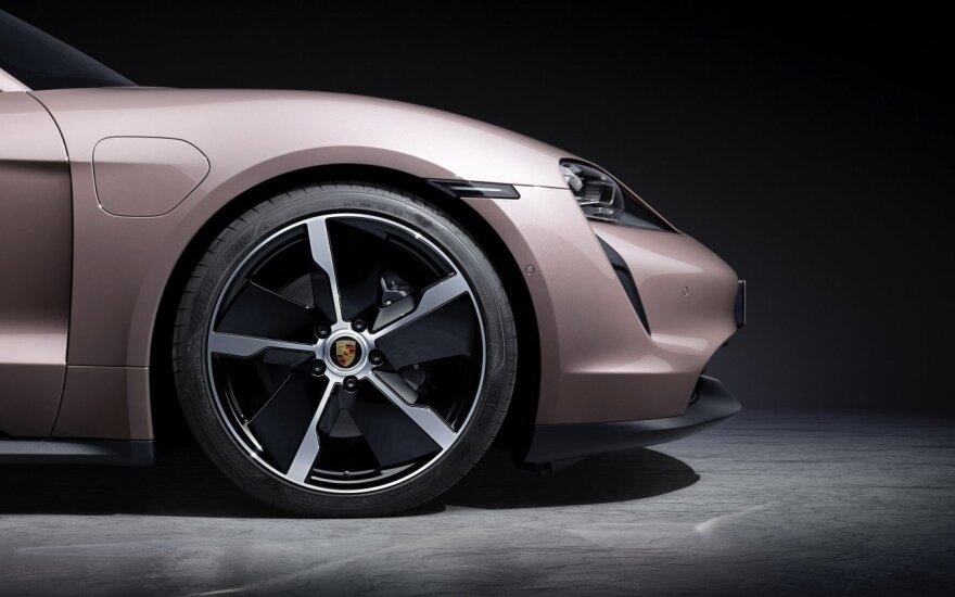 """""""Porsche"""" pristato naują """"Taycan"""" versiją: galiniai varantys ratai ir du akumuliatorių pasirinkimai"""