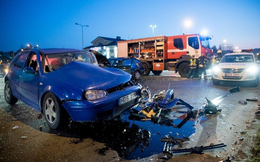 Naujojoje Vilnioje susidūrus 3 automobiliams nukentėjo žmonės, vienas jų prispaustas