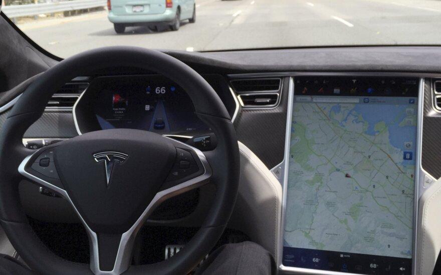 """Išpeikė vieną """"Tesla"""" autopiloto funkciją – klysta dažniau nei žmogus"""