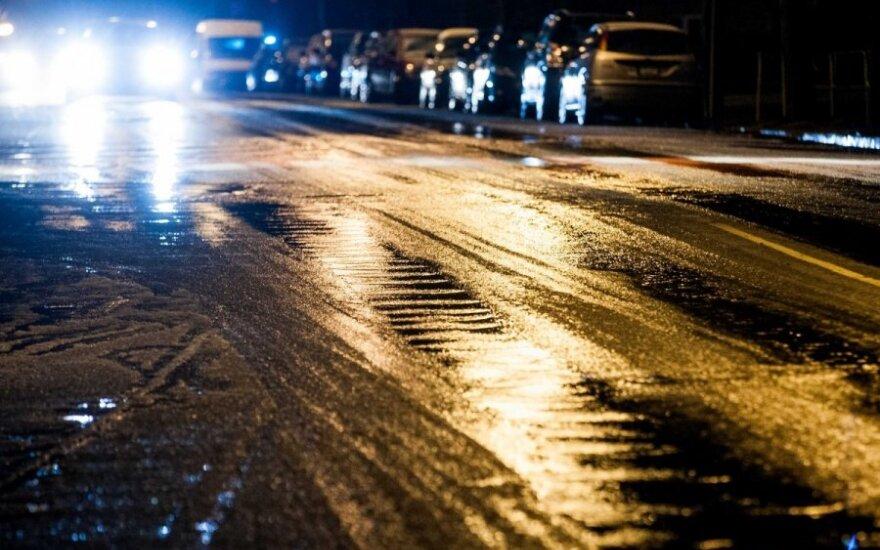 Lietuvoje eismą vietomis sunkina plikledis, Rusnėje nebekeliami automobiliai