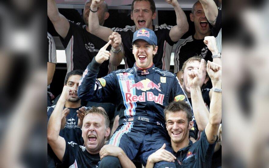 "Sebastianas Vettelis ir ""Red Bull"" komandios nariai"