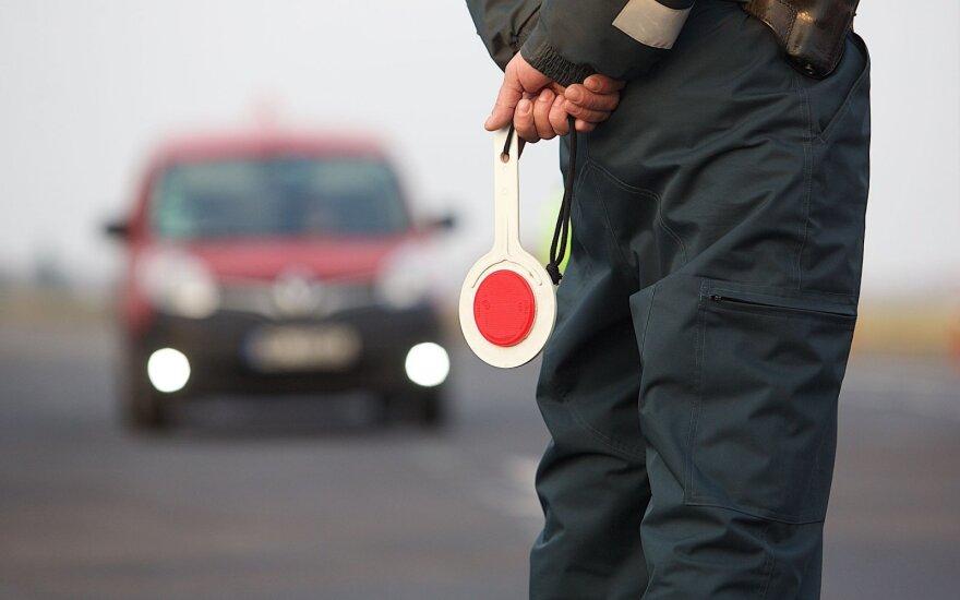 Netikėtas pareigūno poelgis nustebino vairuotoją ir jo merginą