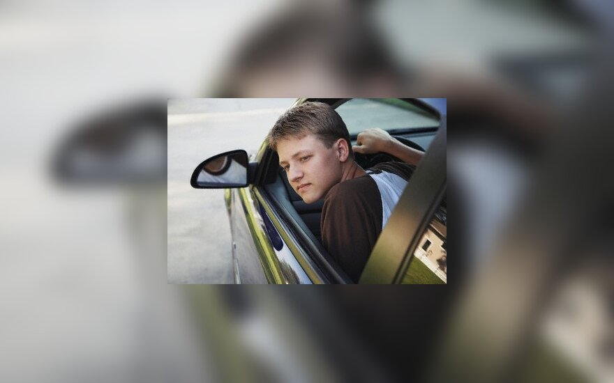 Pradedantieji vairuotojai bus skatinami vairuoti saugiau