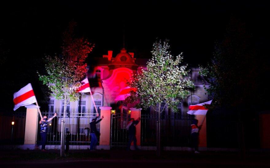 Baltarusijos ir Rusijos ambasados Vilniuje nusidažė Baltarusijos tautinės vėliavos spalvomis