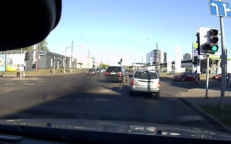 BMW vairuotojo įžūlumas: pažeidė taisykles ir nuskriejo palikęs juodų dūmų debesį