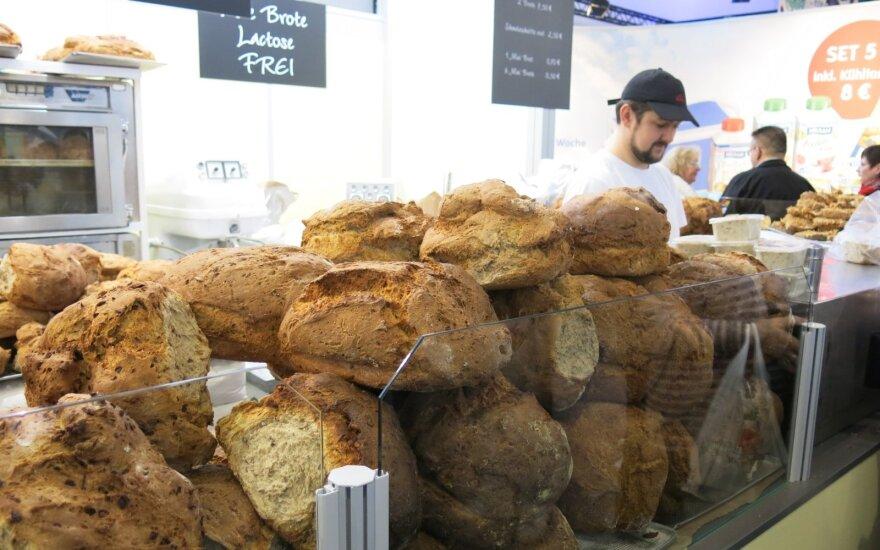 """Žemės ūkio paroda Berlyne """"Žalioji savaitė"""", Vokietija, siūloma tradicinė duona, užtepta taukais"""