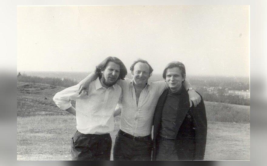 """Ramūnas Katilius, Josifas Brodskis, Tomas Venclova. Apie 1967 m.  Nuotrauka iš Neringos Jonušaitės knygos """"Neringos kavinė: sugrįžimas į legendą""""."""