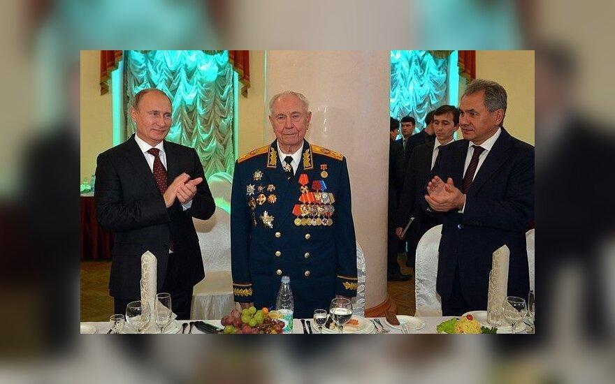 Buvęs SSRS Gynybos ministras D. Jazovas (viduryje)