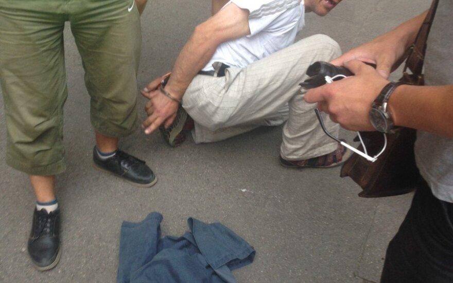 Akyli policijos pareigūnai vidury dienos per 10 sekundžių sučiupo vagį