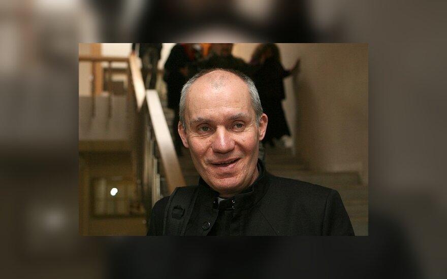 Kunigas-gotas B.Domergue Seime demonstravo juodąsias mišias
