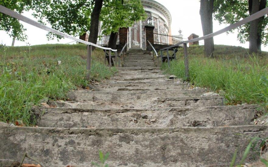 Į bažnyčią ukmergiškius vedantys laiptai – nesaugūs: ragina kol kas jais nesinaudoti