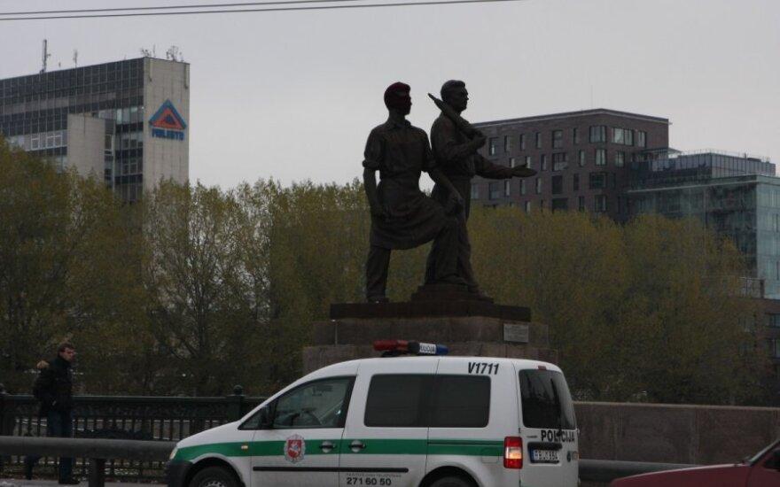 Kultūros viceministro raštas apie Žaliojo tilto skulptūras sukėlė audrą Seime