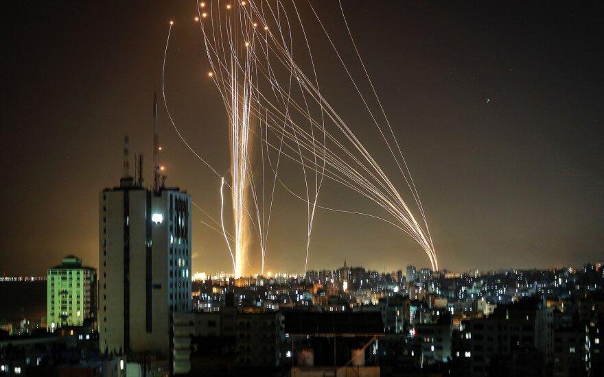"""Iš Gazos Ruožo vėl lekia raketos: po Izraelio aviacijos smūgio sugriuvus 12 aukštų pastatui """"Hamas"""" surengė masinę ataką"""