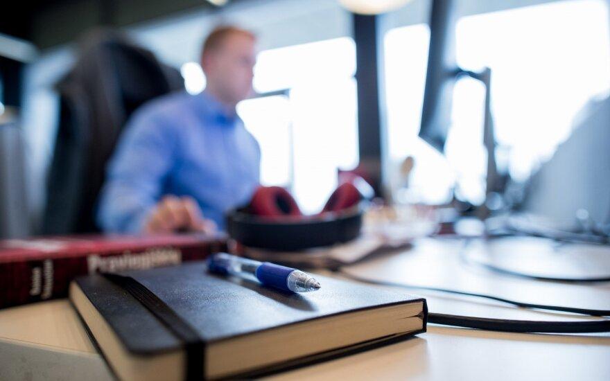 Kas labiau kenkia sveikatai – sėdėjimas darbo vietoje, ar namie priešais televizorių?