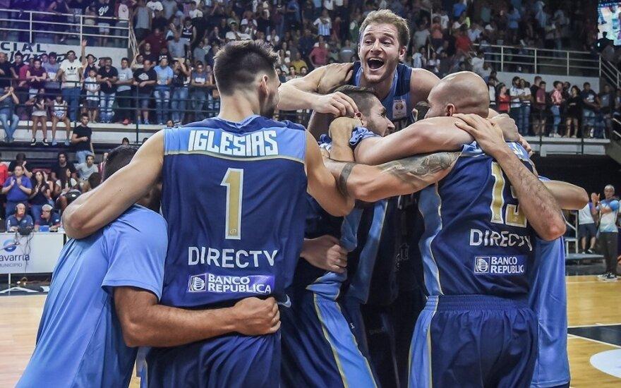 Urugvajaus krepšininkai džiaugiasi pergale prieš Argentiną
