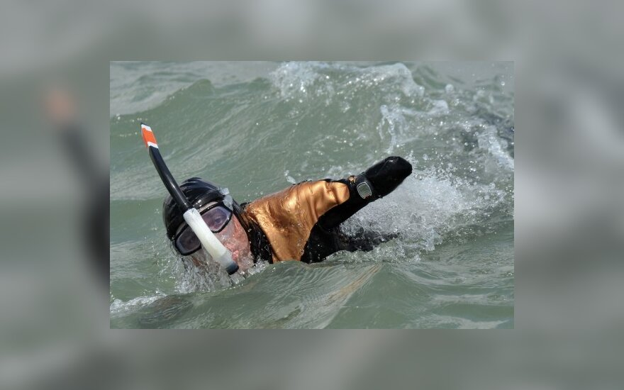 Philippe Croizon treniruojasi perplaukti sąsiaurį