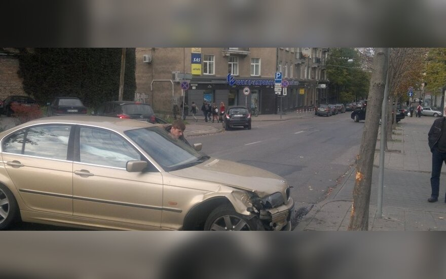 Vilniuje nuo nevaldomu tapusio BMW pėsčiuosius apsaugojo medis