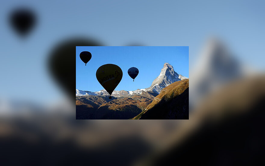 Karšto oro balionai sklendžia per Alpes