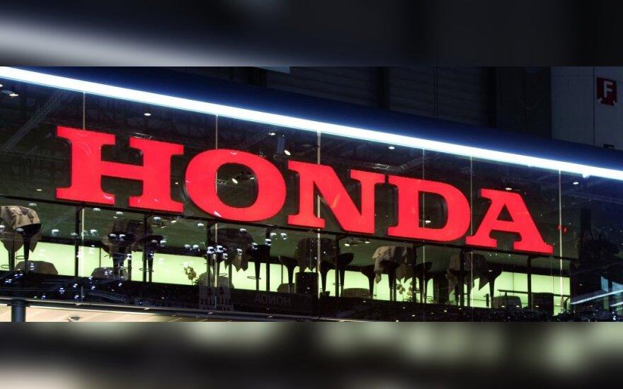 """""""Toyota"""" ir """"Honda"""" pardavimai Kinijoje sumažėjo beveik perpus"""