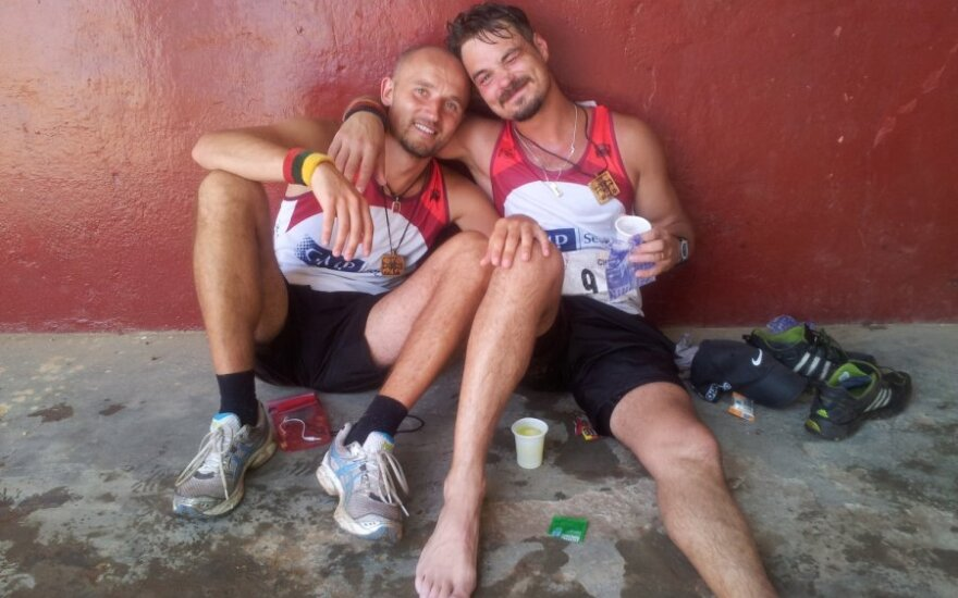 Po maratono Sierra Leonėje L.Pobedonoscevas jėgas atgauna moliniame namelyje