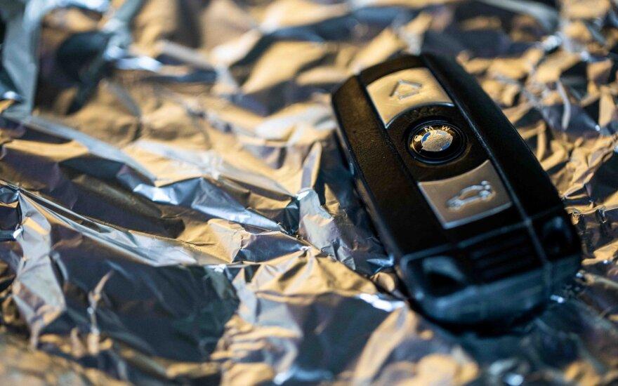 Plinta keistas patarimas: ar tikrai norintiems išvengti automobilio vagystės – reikia raktelį įvynioti į foliją