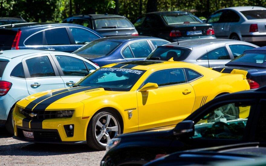 """Geltonas """"Chevrolet Camaro"""" Palangoje išsiskiria iš minios"""