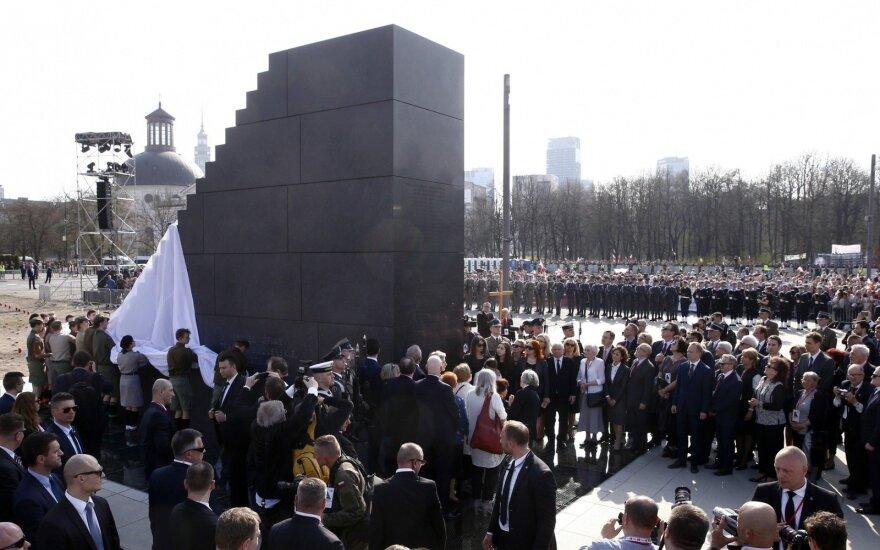 Varšuvoje atidengtas paminklas 2010 metų Smolensko tragedijos aukoms