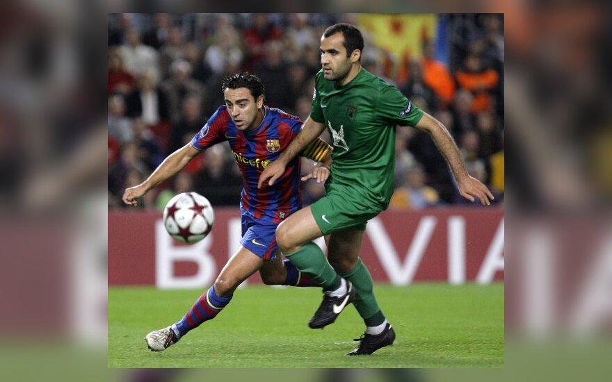 "Xavi Hernandezas (""Barcelona"")  kovoja su Cristianu Ansaldi (""Rubin"")"