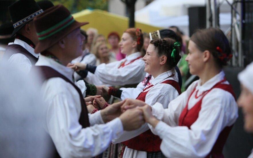 """Studentų folkloro festivalis """"O kieno žali sodai"""" (LLKC nuotr.)"""