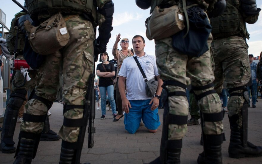 Baltarusijoje per naujus protestus vėl prasiveržė smurtas: pajėgos prieš taikius žmones naudojo brutalią jėgą