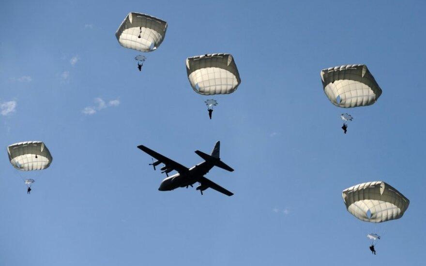 Normandijoje – įspūdingas parašiutininkų pasirodymas