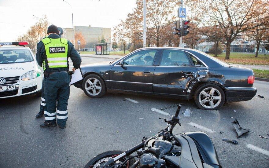 Sostinėje į automobilį trenkėsi motociklininkas, jam lūžo kaulai