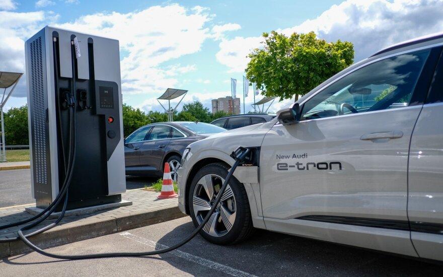 """Elektromobilio """"Audi e-tron"""" testas"""