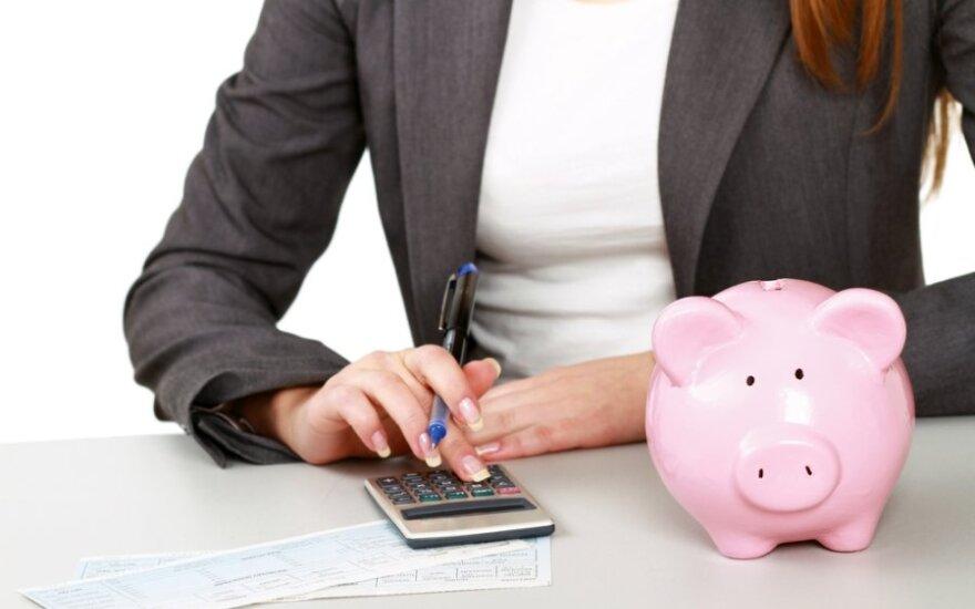 Išlaidas pataria valdyti ir bankų kortelėmis