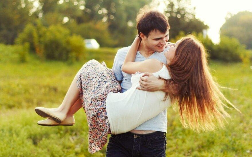 9 dalykai, kurių sūnaus mergina nedrįsta jums pasakyti